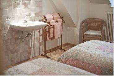 Двухместный номер с 2 отдельными кроватями и общей ванной комнатой